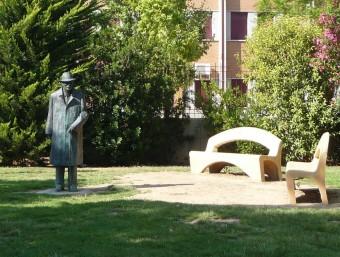 Estàtua del mestre Valor a les portes de l'Institut que porta el seu nom a Picanya. ESCORCOLL