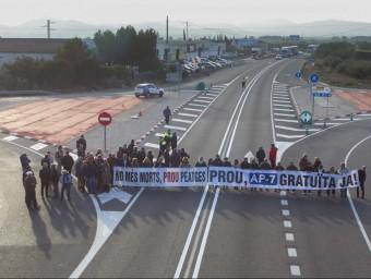 Una cinquantena de persones va participar al tall de l'Ametlla, que va comptar amb el contundent suport dels transportistes, al fons de la imatge. JOSE CARLOS LEÓN