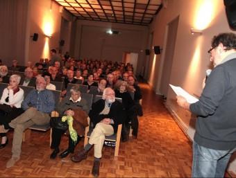 Una imatge de l'homenatge a Ernest Costa que es va fer a la Casa de Cultura, amb l'autor en primera fila. JOAN SABATER