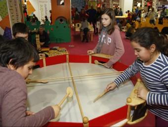 Quatre nens jugant en una de les activitats que es van organitzar en la darrera edició del Saló de la Infància ORIOL DURAN