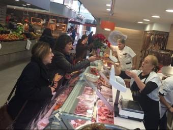 Jordà va visitar l'eix comercial del centre de la ciutat acompanyada de l'exalcaldessa de Riudaura. EL PUNTAVUI
