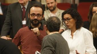 El diputat de la CUP Benet Salellas dialoga amb Baños (CUP) Rovira (JxSí), en una imatge d'arxiu oriol duran