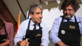 El candidat de Democràcia i Llibertat, Francesc Homs, pica el romesco amb la número quatre de la llista, Míriam Nogueras, i Toni Castellà ACN