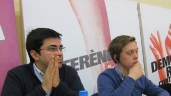 Owen Jones, a la dreta, acompanyat de Pisarello EUROPA PRESS
