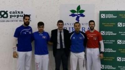 Els jugadors amb el patrocinador de les partides. FREDIESPORT