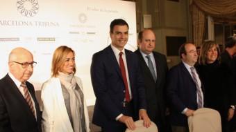 Pedro Sánchez, acompanyat de Carme Chacón, Miquel Iceta, Núria Marín, Jaume Collboni, i organitzadors del col·loqui ACN