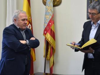 Signatura del Conseller al llibre d'honor de l'Ajuntament de Bocairent. B. SILVESTRE