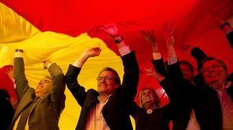 Francesc Homs, Artur Mas, Núria de Gispert i Jordi Xuclà sota una senyera al final del míting de Democràcia i Llibertat ALBERT SALAMÉ