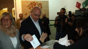 El candidat del PP de Catalunya, Jorge Fernández Díaz, ha estat a punt d'equivocar-se d'urna a l'hora de dipositar-hi el vot ACN