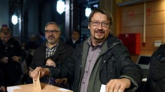 El candidat d'En Comú Podem, Xavier Domènech, al moment de votar a l'Escola Industrial de Barcelona EFE