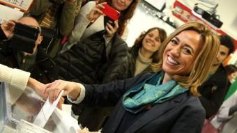 La candidata del PSC, Carme Chacón, votant al seu col·legi electoral, a Esplugues de Llobregat ACN
