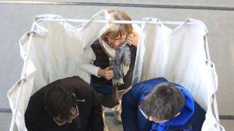 Preparant el vot, ahir en un col·legi electoral de Girona LLUÍS SERRAT