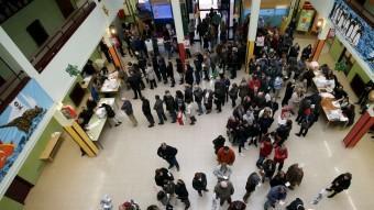 Cua de votants en un col·legi electoral de la ciutat de Barcelona ALBERT GEA / REUTERS