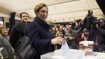 Colau, votant ahir al centre cívic La Sedeta de Barcelona QUIQUE GARCÍA / EFE