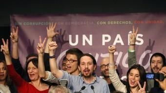 El líder de Podem, Pablo Iglesias, i la plana major de la formació, celebren els resultats electorals del 20-D EFE