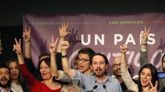 Pablo Iglesias, candidat de Podem –al centre–, ahir, al Teatre Goya de Madrid celebrant els bons resultats obtinguts per la seva formació en les eleccions generals JUANJO MARTIN / EFE