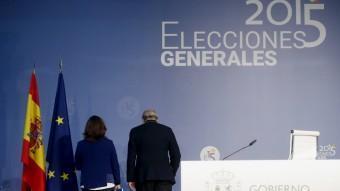Sáenz de Santamaría i Fernández Díaz, d'esquena després de donar els resultats de l'escrutini ÁNGEL DÍAZ / EFE