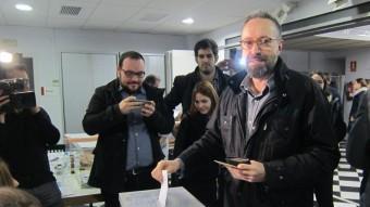 El candidat de Ciutadans a Barcelona,Juan Carlos Girauta, votant ahir al Centre Cívic Can Castelló de Barcelona. ACN