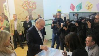 El candida del PP per Barcelona, Jorge Fernández Díaz, ahir, votant en les eleccions del 20-D EUROPA PRESS