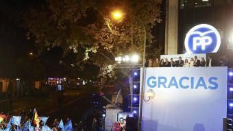 Seguidors del PP, aquesta nit a la seu central del partit, al carrer Génova de Madrid Reuters