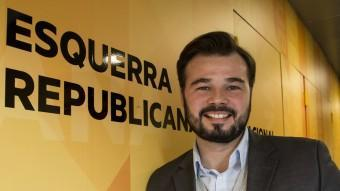 Gabriel Rufián ahir a la seu d'ERC just després de la reunió que va mantenir la direcció per analitzar els resultats ALBERT SALAMÉ