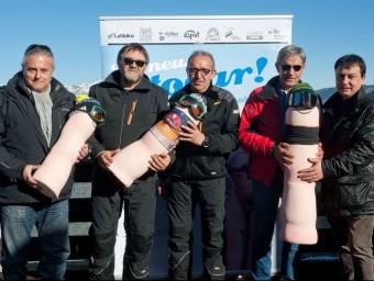 El president de FGC , Enric Ticó (a l'esquerra), ahir a Espot, amb responsables de l'estació FGC