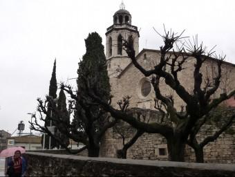 La façana de l'església del monestir, recinte d'origen medieval que el bisbat ha cedit durant 25 anys a l'Ajuntament de Banyoles. R. E
