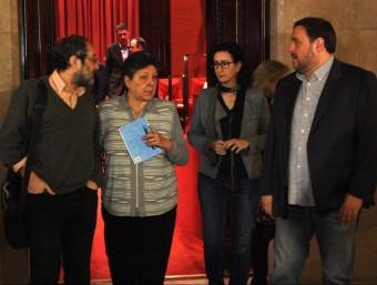 Antonio Baños (CUP), Gabriela Serra (CUP), Marta Rovira (JxSí) i Oriol Junqueras (JxSí), junts als passadissos del Parlament aquest dimarts al matí ACN