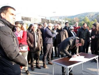 Els alcaldes del Bages van signar un per un el manifest 'N'estem farts' ACN