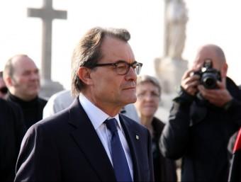 El president Mas en l'ofrena floral a la tomba de Macià al cementiri de Montjuïc ACN