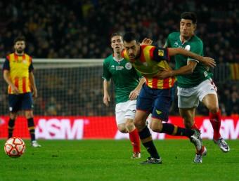 Sergio Busquets intenta progressar, obstaculitzat per un jugador basc JOSÉ CARLOS LEÓN