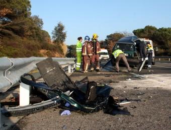 Bombers i Mossos treballant al lloc on ahir es va produir l'accident a Fornells MARINA LÓPEZ / ACN