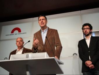 Els diputats populars Santi Rodriguez i Juan Milián flanquegen el president del grup parlamentari del PPC, Xavier García Albiol, en roda de premsa ACN