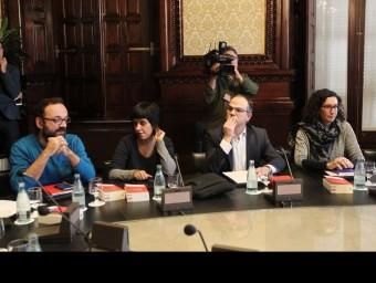 Salellas i Gabriel, de la CUP, amb Turull i Rovira, de JxSí, a la reunió de la Mesa i Junta de Portaveus del Parlament EFE