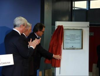 El president en funcions de la Generalitat, Artur Mas, descobrint la placa de la inauguració del centre penitenciari ACN