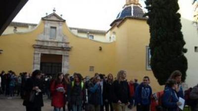 Joves Taizé a l'exterior de la parròquia de la Mare de Déu de l'Olivar. FERRER