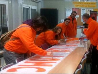 Taller de confecció de pancartes reivindicatives al Ciutat de Cremona. EL PUNT AVUI