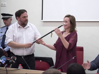 Oriol Junqueras entrega la vara a la nova alcaldessa de Sant Vicenç dels Horts Mayte Aymerich JOSEP LOSADA