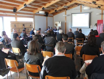 Representants d'unes 50 empreses de l'Alt i el Baix Penedès reunits per analitzar els pros i contres del grup. J.M. FLORES