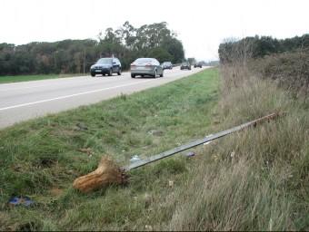 El tram de la C-65 de Cassà on el motorista va topar amb la senyal de trànsit i va morir Ò. PINILLA