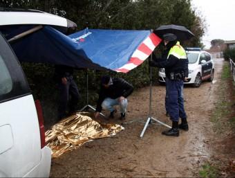 Imatge del cadàver tapat que aquest diumenge 3 de gener a la tarda s'ha trobat a la sèquia segona del canal de Pinyana, al costat del restaurant-hotel Nastasi de Lleida  ACN
