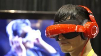 Un visitant del CES prova un dispositiu de realitat virtual.  REUTERS