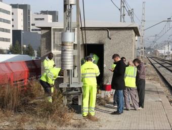 Tècnics d'Adif inspeccionant una de les estructures danyades pels incendis posteriors al robatori de coure ACN