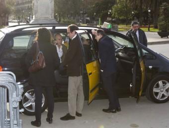 Els diputats de Junts pel Sí Marta Rovira, Josep Rull, Raül Romeva i Jordi Turull, esperen en un taxi a la sortida del Parlament abans d'anar a la reunió amb la CUP EFE
