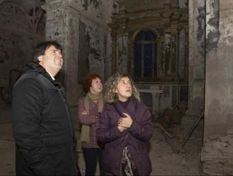 L'alcaldessa, a la dreta, amb el president de la Diputació a l'interior de l'església de Sant Julià. MARTÍ ARTALEJO