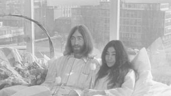 John Lennon i Yoko Ono durant una acció en fvaor de la pau el 1969 a Amsterdam ARXIU