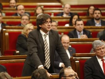 Puigdemont en un moment del ple d'investidura i Mas, ahir, fent caixes al seu despatx oriol duran / instagram ORIOL DURAN / INSTAGRAM