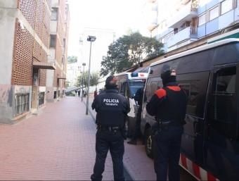 Efectius dels Mossos durant l'operatiu, aquest dimarts al barri de Ciutat Meridiana de Barcelona ACN