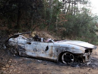 Efectius dels bombers han hagut d'intervenir per excarcerar el cadàver calcinat de l'interior del turisme cremat ACN