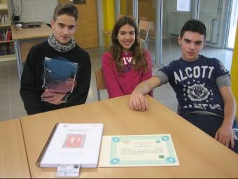 """Alumnes de l'Institut de Tona que participen al projecte """"Tutoria entre iguals"""". D'esquerra a dreta, Ibai Rodil, Olga Camps i Edu Puigví A.A"""
